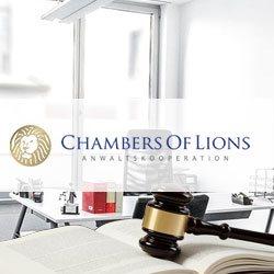 Anwaltskanzlei mit Gesetzesbüchern und Hammer, im Vordergrund das Logo von Chambers of Lions