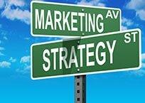 """Zwei grüne amerikanische Straßenschilder mit der Aufschrift """"Marketing"""" """"Strategy"""""""