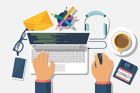 onPage Optimierung am Quellcode mit Laptop und Arbeitsmaterial