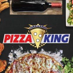 Pizza, Weinflasche und Beilagen auf einem Tisch, im Vordergrund das Logo von Pizza King Moosburg