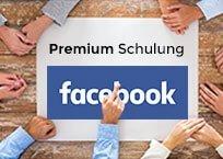 """Holztisch mit großem Papier in der Mitte, außen herum Hände, Aufschrift """"Premium Schulung Facebook"""""""