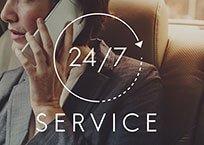 """Frau telefoniert, Beschriftung """"24/7 Service"""""""