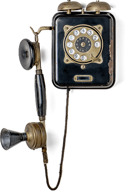 Antike Wandtelefon in schwarz mit Wählscheibe