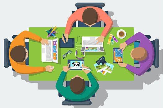 Vier Personen sitzen an einem Tisch mit Laptop, Tablet, Farbmustern und Fotos, illustriert