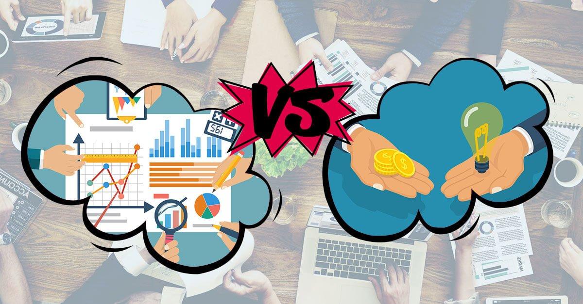 Zwei Gedankenblasen mit Analytics und mit Hand + Geld im Hintergrund Hände und ein Tisch voll mit Analytics Material und Graphen
